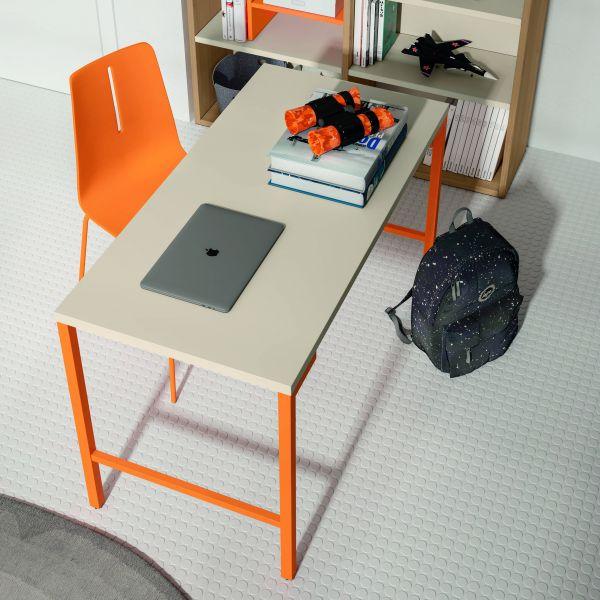 Scrivania con piana colore orzo e fianchi in metallo arancio