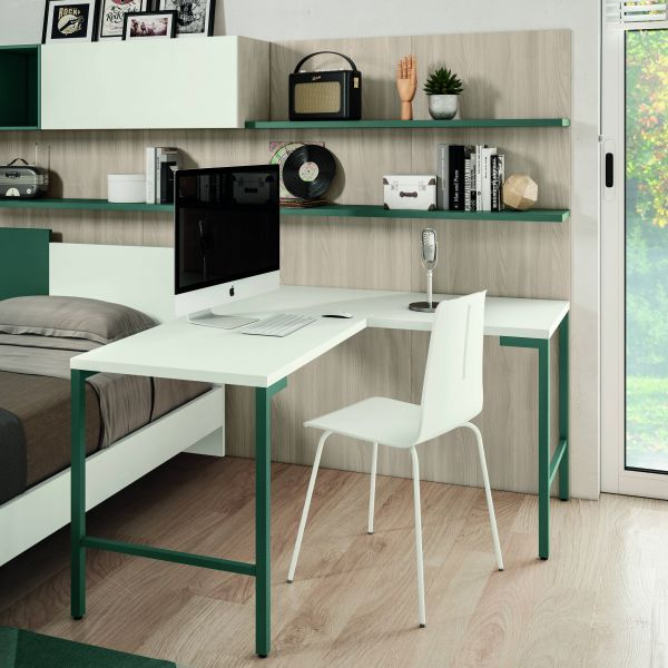 Scrivania con piano colore bianco e fianchi metallo colore verde salvia. Boiserie olmo natura con mensole verde salvia