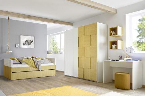 Cameretta con letto imbottito blu, comodino, armadio scorrevole, vani giorno e scrivania