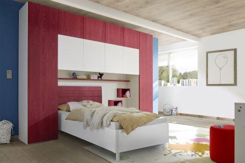 Cameretta con armadio scorrevole a righe, libreria, letto e comodino colori bianco e grigio